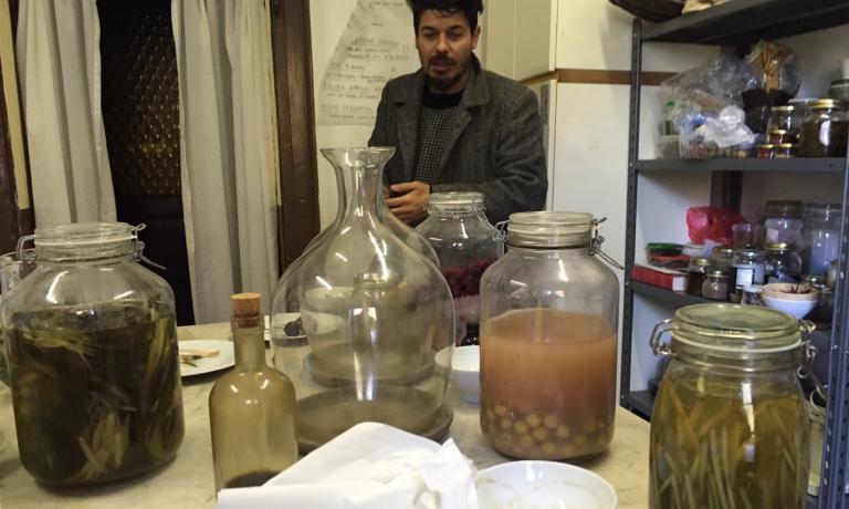 LAB. Lo step successivo alla raccolta e alla catalogazione? Gli esperimenti di fermentazione (nella foto, il mixologist Giuseppe Mancini)