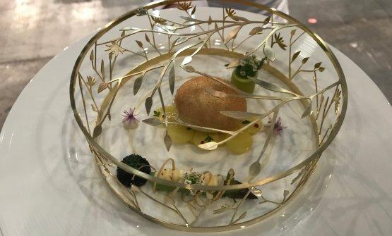 La ricetta al piatto norvegese con ancora la gabbia dorata di presentazione...