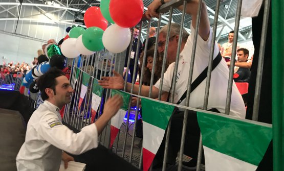 Martino Ruggieri saluta i tifosi italiani dopo la gara