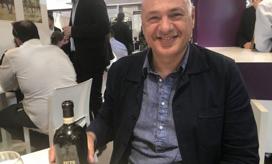 Pierpaolo Sirch mostra una delle bottiglie degli Studi di Feudi di San Gregorio