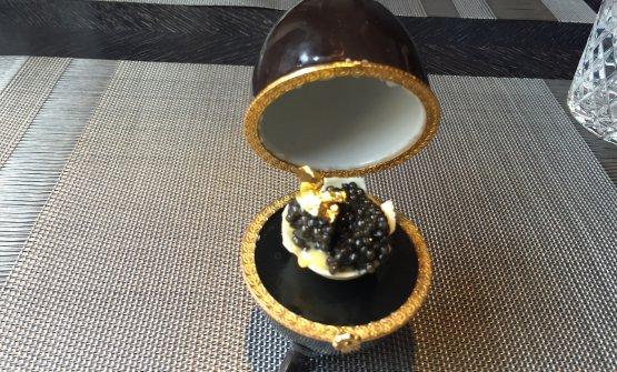 Cioccolato bianco, salsa olandese, caviale e oro. E' l'Uovo Fabergè come lo immaginaIgor Grishechkin, chef del ristorante Kokoko di San Pietroburgo in Russia, indirizzoVoznesensky prospect6, telefono+7.812.4182060