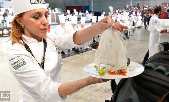 La ricetta al piatto di Martino Ruggieri, con la sua particolare cloche, presentata al pubblico dalla chefAntonella Ricci(foto Dave Carletti)