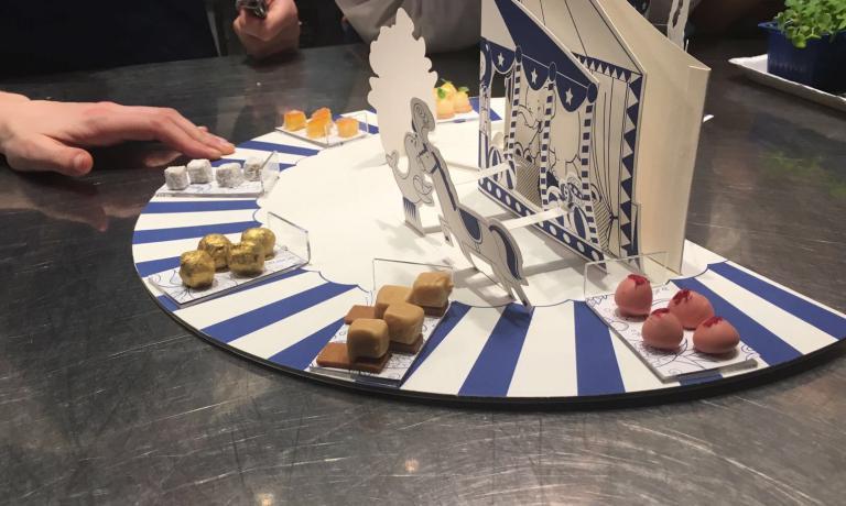 L'opera sorregge 7 minuscoli assaggi. Viviana Varese sta lavorando molto sull'alleggerimento del menu: ora offre solo un tipo di pane, un grissino solo e ha aumentato le pietanze di verdura