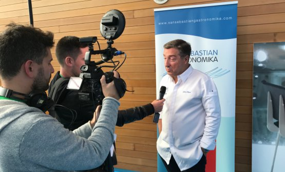 Joan Roca replies to the journalists at the end of