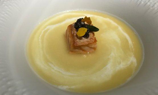 Caviale e salmone: ventresca di salmone cotta sulla sua pelle, caviale Beluga, brodo di olio del Garda, kefir di latte vaccino