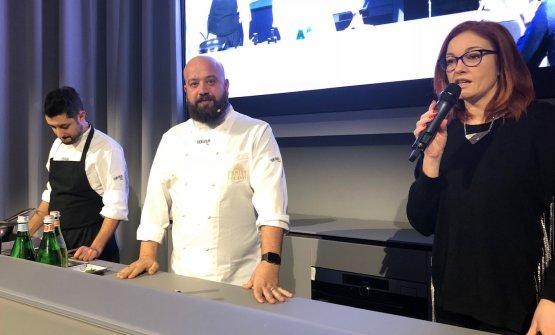 In primo piano, Eleonora Cozzella, giornalista e moderatrice dell'incontro. Al centro, Domingo Schingaro. A sinistra il suo sous chef Angelo Convertini