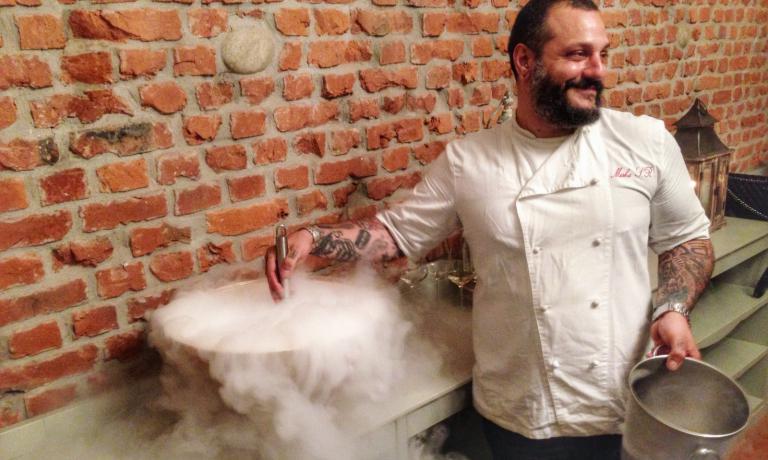 Sukyasalle prese conil pre-dessert: un Frozen Bellini preparato con l'azoto liquido