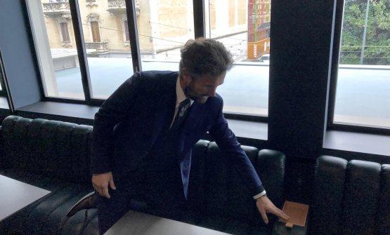 Cracco mostra i sedili con braccioli reclinabili che nascondono porte Usb