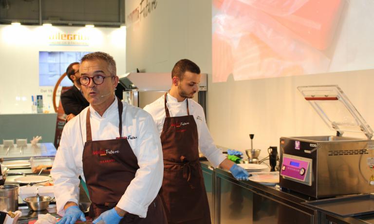 """Roberto Carcangiu di R&D Food Consulting, con la collaborazione di Besser Vacuum, ha tenuto una lezione sulla """"cucina sottovuoto"""", con una ricetta in cui la maggior parte degli ingredienti era stata preparata usando questa tecnica"""