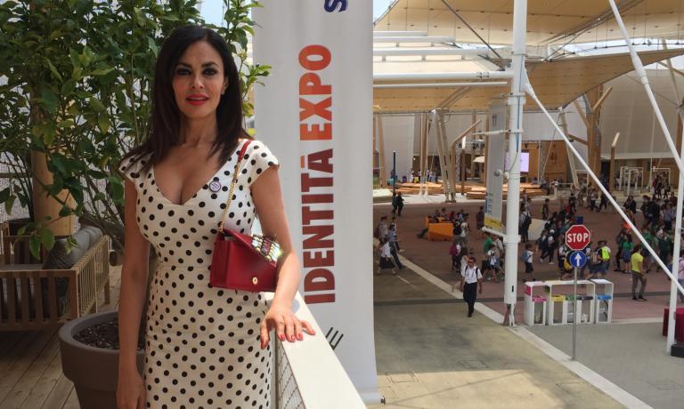 Maria Grazia Cucinotta al termine del pranzo, sulla terrazza-cocktaleria di Identità Expo