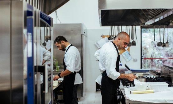 Lo chef in cucina del ristorante Hub