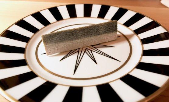 Questa non è una sardina: cialda di pane con crema di anguilla, facendo il verso a Magritte