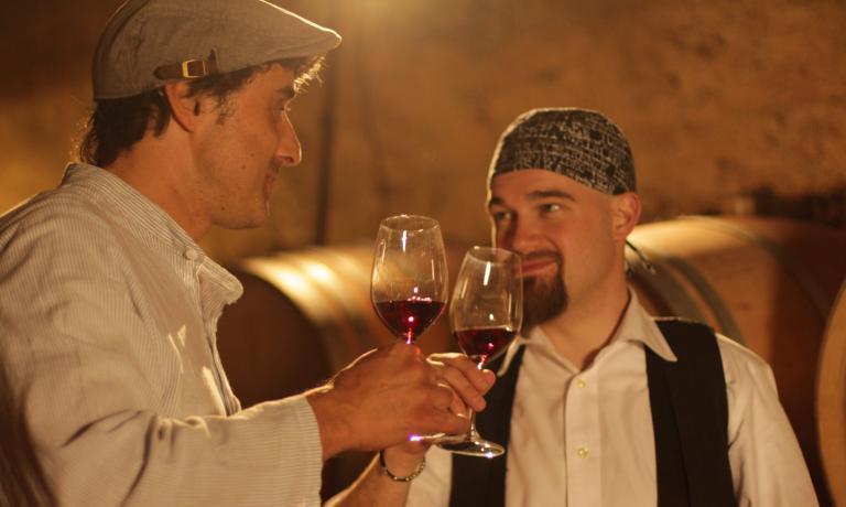 Pirati o enologi? Entrambe le cose.Andrea Moser di Cantina di Caldaroe Gerhard Sanindi Erste+Neue si sono inventati un'articolata iniziativa per promuovere un vitigno come la Schiava:conosciuto, ma non abbastanza