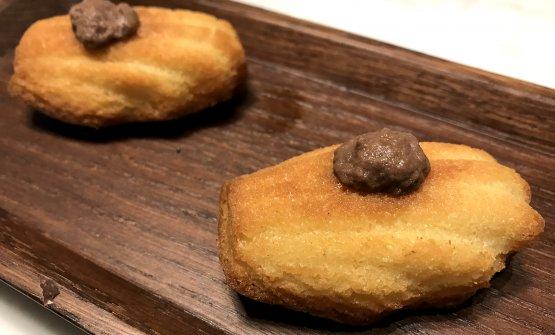 Madeleine di parmigiano reggiano con paté di olive