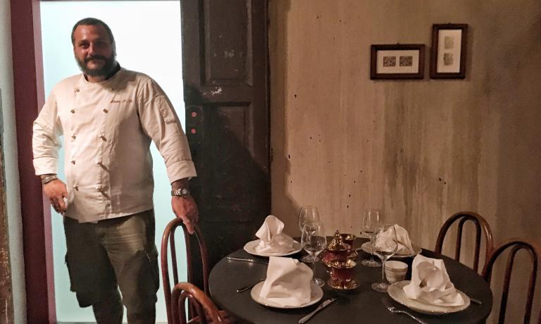 Tempo di inaugurazioni per Misha Sukyas. Due settimane dopo aver svelato Puzzle, all'interno dell'Hotel Townhouse 31, ecco La Cave, ristorante dedicato al pesce e in particolare ai frutti di mare, accompagnato dal cocktail-bar Officina