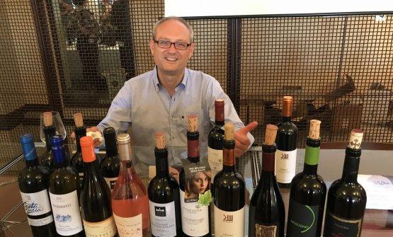 Il direttore Luca Pollini con i vini della masterclass