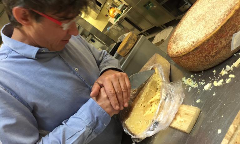 Al fianco di Ana c'è il marito Valter Kramar, sommeliere cultore deiTolmin, grandi formaggi stagionati di Slovenia