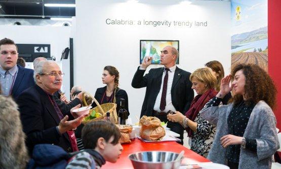 Allo stand calabrese l'assaggio dei vini anche da parte diHelmuth Köcher,presidente e fondatore del Merano WineFestival, amministratore unico di WineHunter
