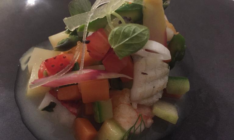 MINESTRONE TIEPIDO. Le insalate di mare sono la cifra stilistica dei Cera. Nella foto, ilMinestrone tipiedo di pesce e crostacei con frutta e verdura, un altro grande esempio in carta ora,più contemporaneo nella concezione.«Perché tiepido?», spiegachef Lionello,«perché in alcuni casi l'eccesso di calore fa perdere fragranza al condimento»