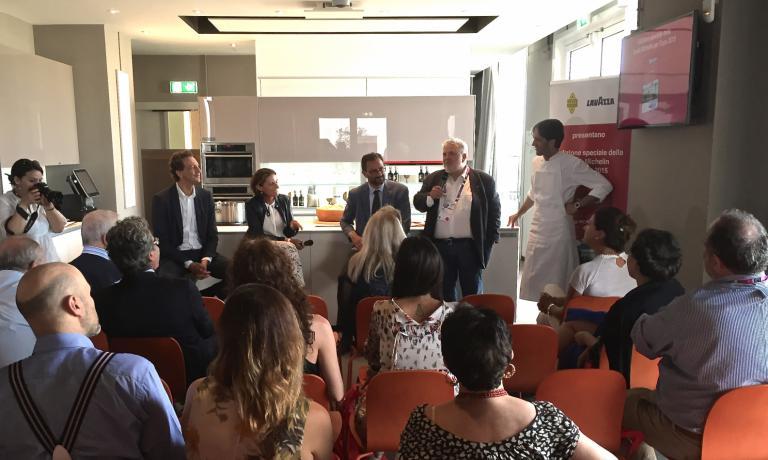 I protagonisti dell'incontro: da sinistra, Nicola Cesare Baldrighi (Grana Padano), Sara Peirone (Lavazza), Marco Do (Michelin), il moderatore Roberto Perrone, lo chef Davide Oldani. Sulla destra, di spalle, Paolo Marchi