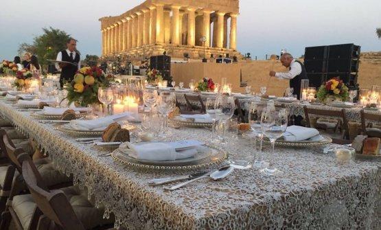 La scenografica mise-en-place all'ombra del Tempio degli Dei.25 cuochi,60 camerieri,350 commensali, 70 minuti di cena