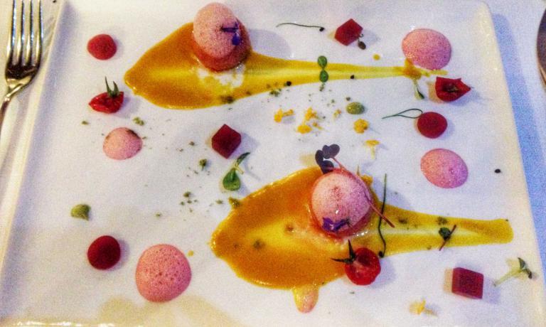 Gnocchetti al gorgonzola con bietole rosse, salsa di carote, germogli di aglio e salsa alla salvia