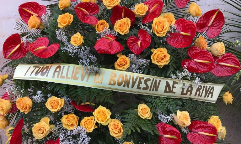 La corona dei suoi ex allievi ai funerali