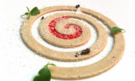 Spirale di foie gras d'anatra, uva fragola, robiola di capra, fave di cacao dell'Amazzonia è il piatto 2017 di Dario Guidi, dell'Antica Osteria Magenes di Gaggiano (Mi)