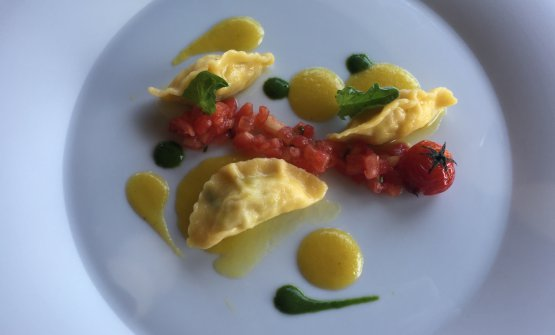 Sea bass ravioli with 3 types of tomato: green, Corbara cherry tomatoes and cream of yellow tomatoes