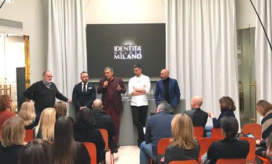 Il cambio chef celebrato a Identità Golose Milano. Da sinistra Paolo Marchi, Alessandro Rinaldi, Claudio Ceroni, Simone Maurelli e Andrea Ribaldone