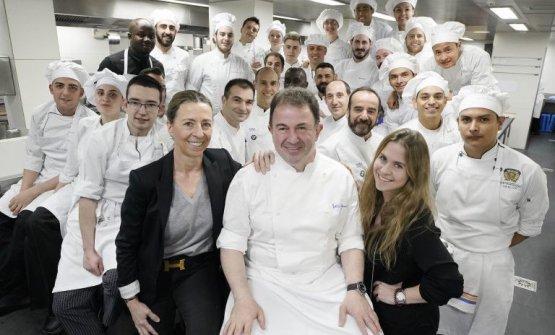 Al centro, Martín Berasategui, 56 anni, da 25 primavere al timone del ristorante omonimo di Lasarte-Oria, nei Paesi Baschi, Spagna. Al suo fianco nella foto, la moglie Oneka e la figlia Ane (foto Lobo Altuna/Gastroctitud)