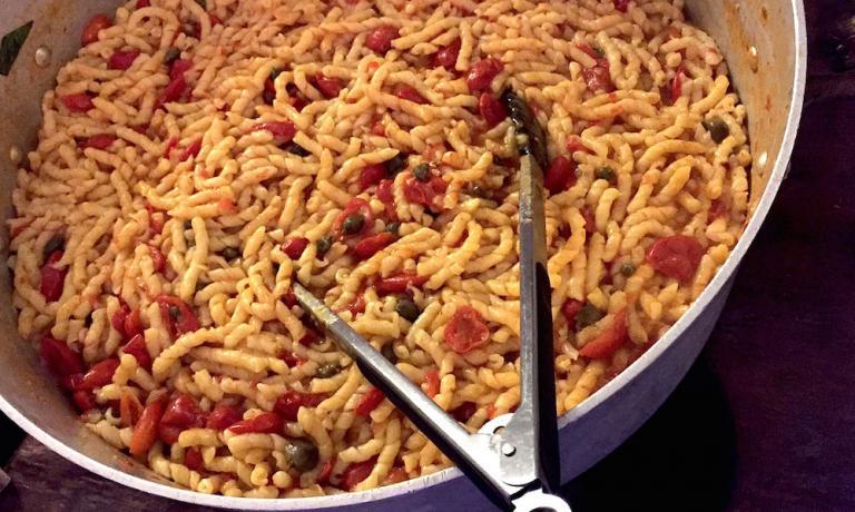 Al ristorantedell'hotelSignumdi Malfa, sull'Isola diSalina (Messina) potrebbe capitarvi di prelevare un piatto di pasta da un pentolone di Busiate al pomodoro come quello in foto. Mica facile cucinare grandi cofane di pasta. Ma la chefMartina Caruso ci dà qualche dritta importante