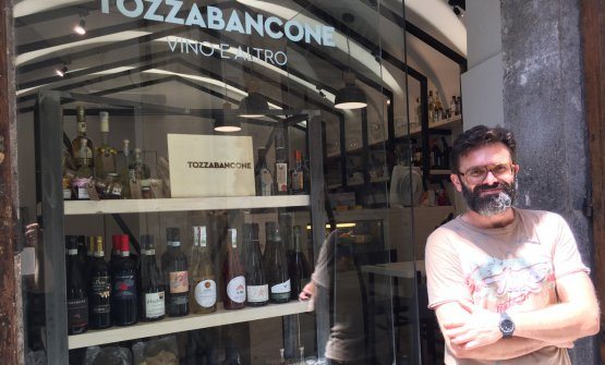Dove fare scorta di vini prima di partire per la Costiera? Da Armando Pistolesedi Tozzabancone in via Duomo 39 a Salerno, telefono +39.089.2865356. Vini naturali e perle bio dalla Campania e oltre