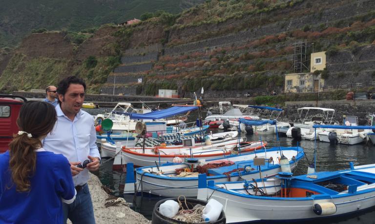 Con Luca Caruso al porto di Malfa, il luogo perfetto per acquistare pesce fresco (a patto di svegliarsi molto presto)