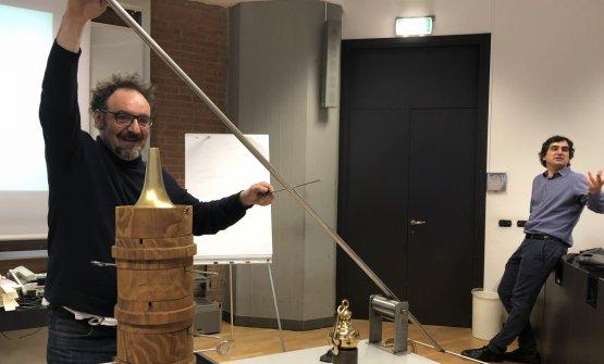 Paolo LoprioreeLuca Govoni a lezione ieri all'Università Iulm di Milano, per le classi dei Masterin food and wine communication e Made in italy. Il cuoco comasco regge un rivoluzionariospiedo oscillante