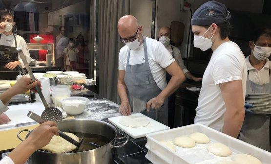 Franco Pepe in cucina in via Romagnosi