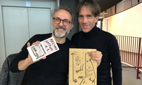 Massimo Bottura e Davide Oldani all'Olmo di Cornaredo. Lo chef modenese mostra il regalo che l'istituto ha voluto donargli, un'opera a lui dedicata e realizzata dall'artista Maurizio Galimberti