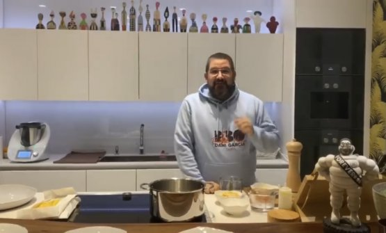DaniGarcíamentre prepara la Cacio e pepe