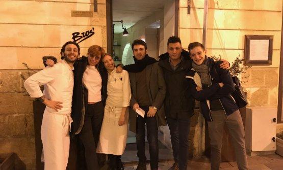 Foto notturna a Lecce: Floriano Pellegrino, la giornalista Monica Caradonna, Isabella Potì, Martino Ruggieri, Gabriele Boffa eCurtis Clement Mulpas