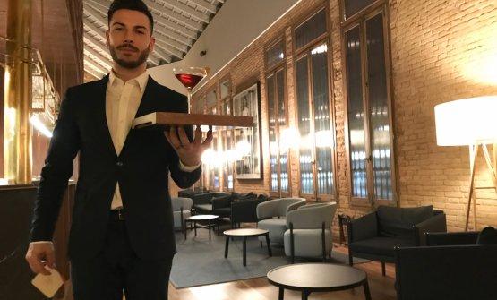 Luca Fabiani ci serve il cocktail d'inizio, Bambù Cocktail, con manzanilla sherry, vermouth dolce e vermouth secco. È una ricetta diMaríaDoloresBoadas, la