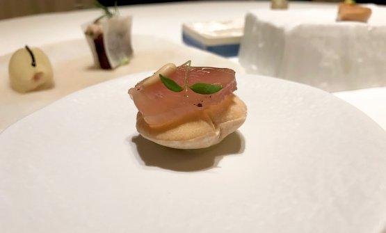 Tonno stagionato, pane tostato, estratto di tonno