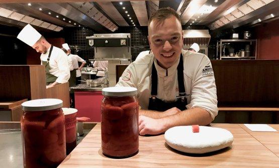 Non delle conserve, ma un semiconservato: i pomodori sono bolliti per soli 8 minuti in vasi sottovuoto, poi immersi in una soluzione di calcio che ne preserva la consistenza della polpa, gli aromi, il profumo. Vedete alcuni vasi nella foto, con il sous chefJeffrey Van Zijl