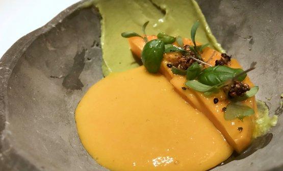 Mango maturo, curry freddo, erbe e semi. Viene servito in un recipiente ghiacciato, per cuile varie creme diventano dei sorbetti istantanei. Delizia