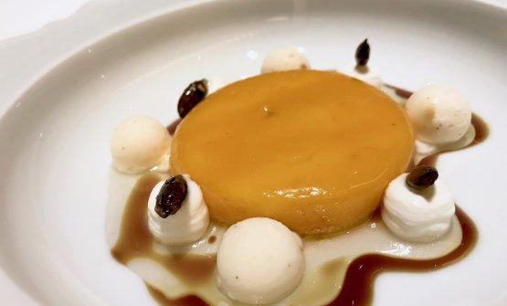 Torta di zucca calda, gelato di yogurt e ginger. Spettacolo fino alla fine. È un grandissimo dessert, dalle note tostate di semi. La texture della tortina di zucca arrosto (dolce tipico di Valencia) è straordinaria, con l'interno cremoso, l'esterno più sodo, come fosse un mochi