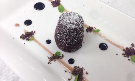 IlTortino di cioccolato fondente 75 cotto al vapore, gelatina al melograno e salsa al cacao amaro è il piatto scelto da Gateano Servidio, chef delMenelao a Santa Chiara di Turi (Bari)