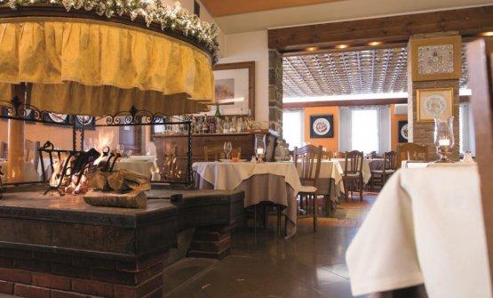 La sala de Il Fogolar.Il cui soffitto è ricoperto da quasi 600 Piatti del Buon Ricordo – associazione a cui questo ristorante aderisce dal 1968