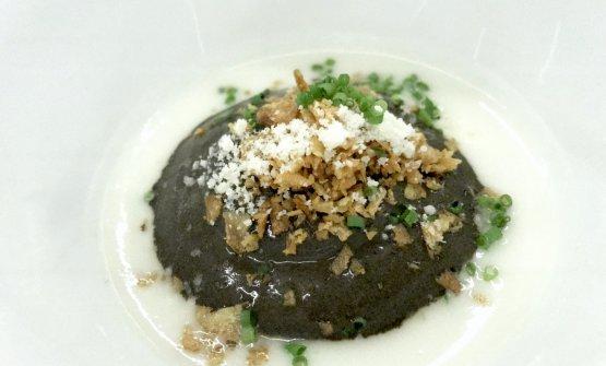 Zuppa di topinambur con spuma di aglio nero e parmigiano