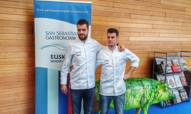 Da sinistra, Toni Romero e Quim Coll. I due giovani catalani hanno aperto a Barcellona a gennaio 2016 il loro nuovo ristorante 4 amb 5 mujades (telefono +34.936.815093), che mette al centro della proposta gastronomica le verdure, usando le proteine animali solo per salse, brodi e fondi di cottura. Per Gastronomika 2016 rappresentano la novità più interessante dell'anno