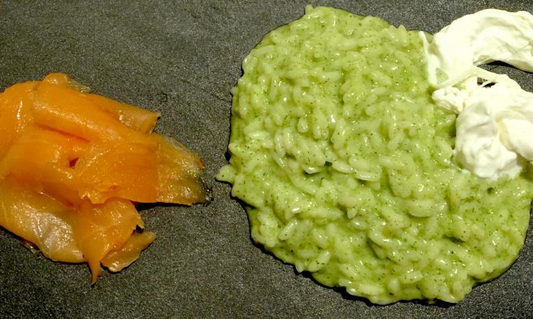 Risotto alle ortiche,ciuffetti di stracciatella di fior di latte ecarpaccio di salmone affumicato
