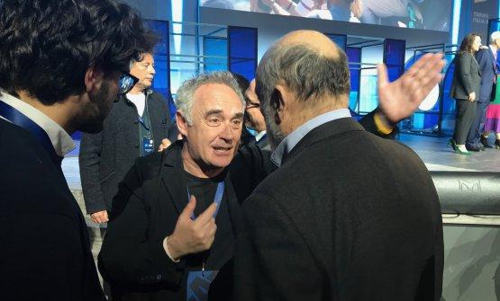 Adrià chiacchiera con Carlin Petrini, di spalle